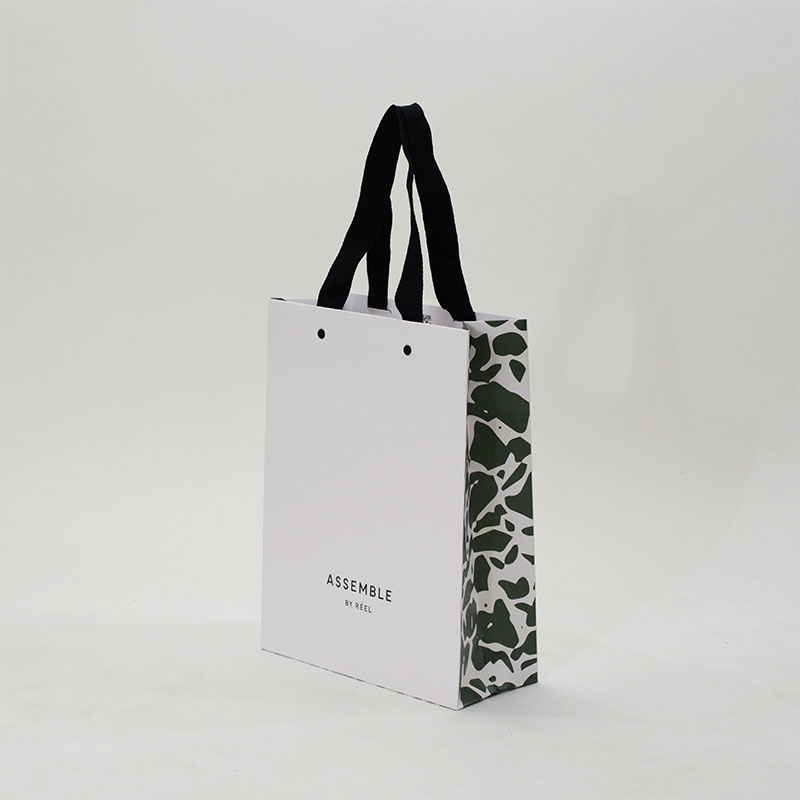 グリーンの総柄がおしゃれに見える紙袋