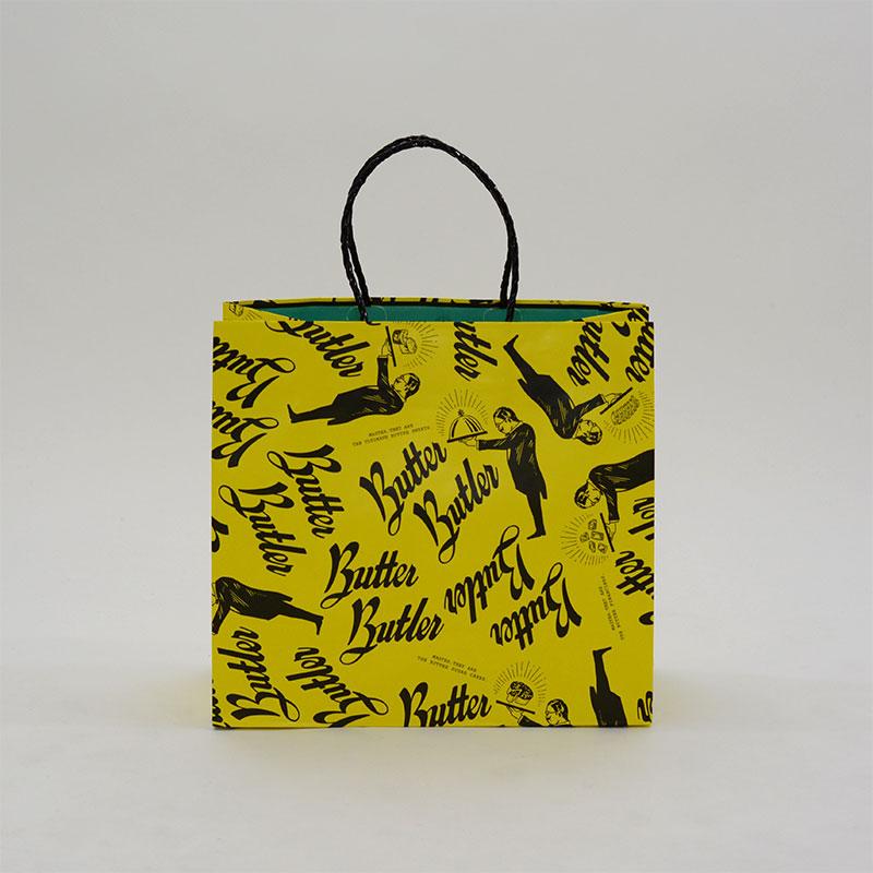 ビビットな色と総ロゴが目を引く紙袋
