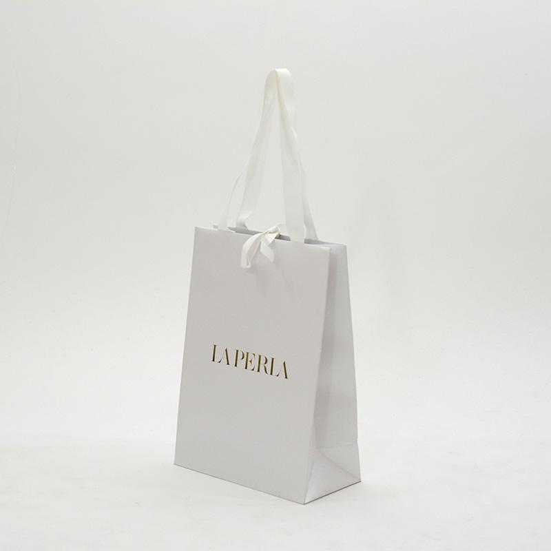 光沢のあるエンボス加工でラグジュアリーな紙袋