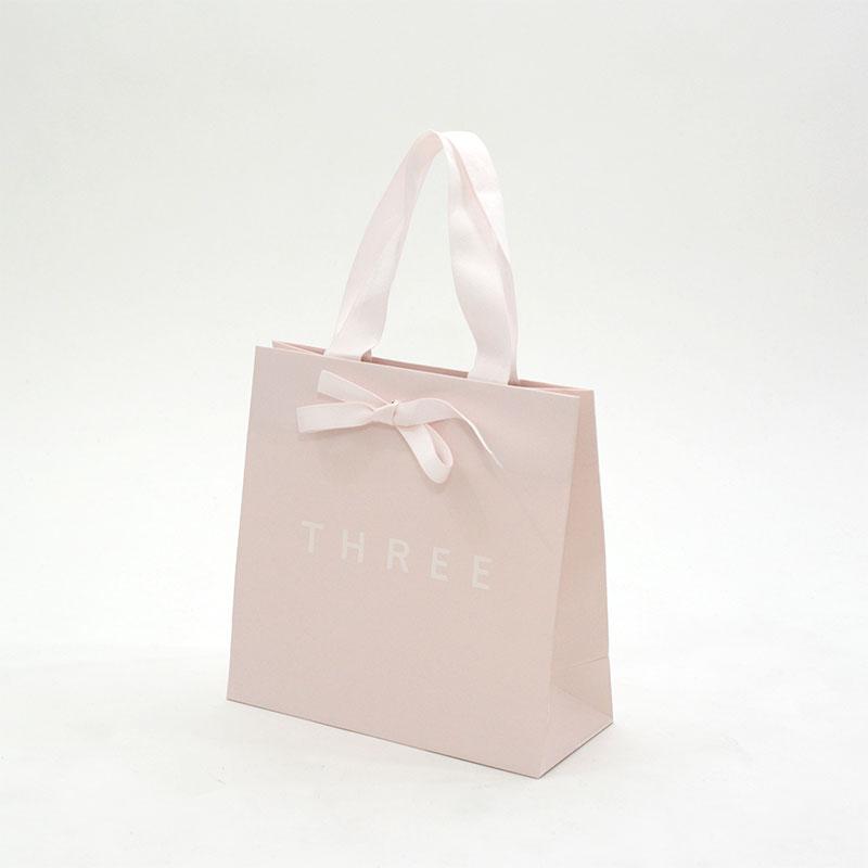 フェミニンなサーモンピンクがかわいい素敵な紙袋