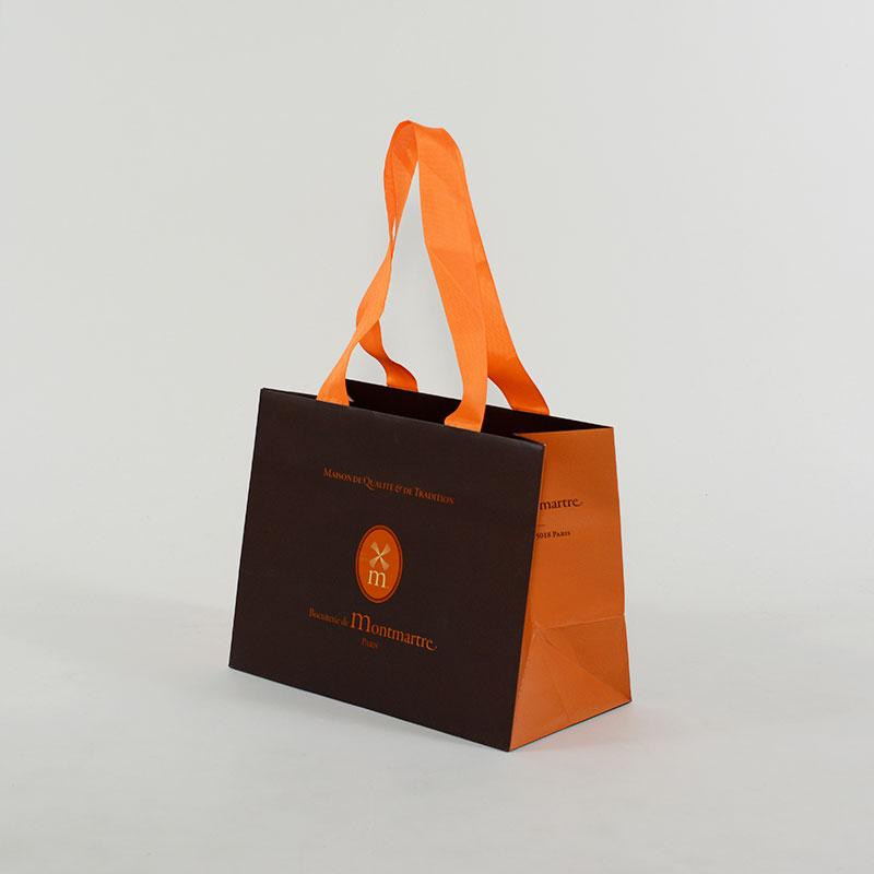 """ブラウンとオレンジの色使いがとても""""おしゃれ""""な紙袋"""