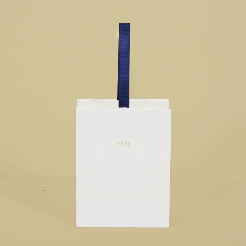 ハンドルが一本だけの高級感ある紙袋