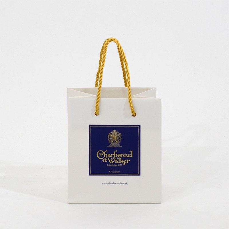 白地に金箔と青い印刷の高級感ある紙袋