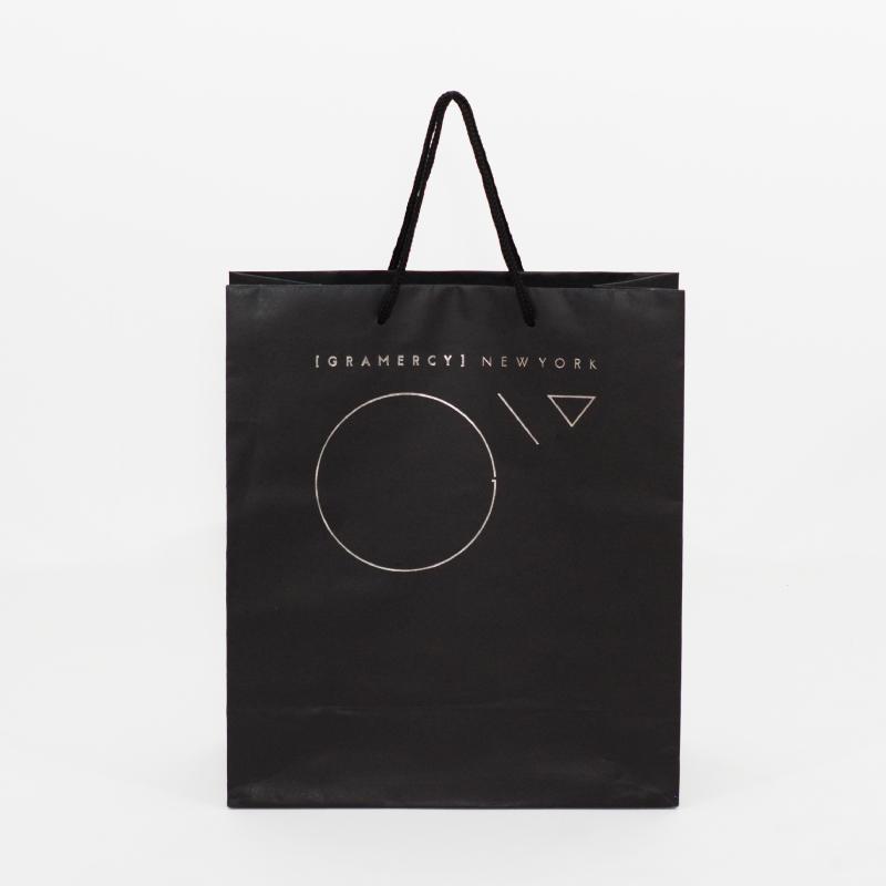 黒を基調とした高級感ある紙袋