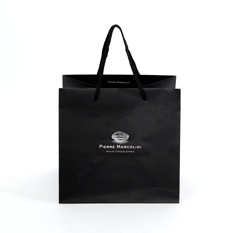 ベルギーの高級チョコレートの紙袋はシックな黒色がおしゃれ