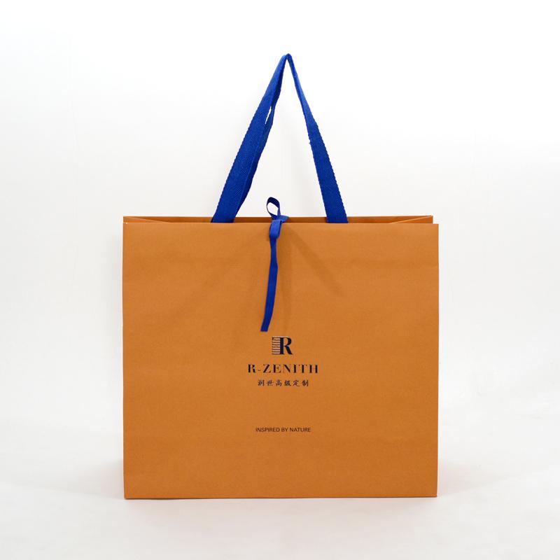 鮮やかなオレンジとブルーが目を引く紙袋