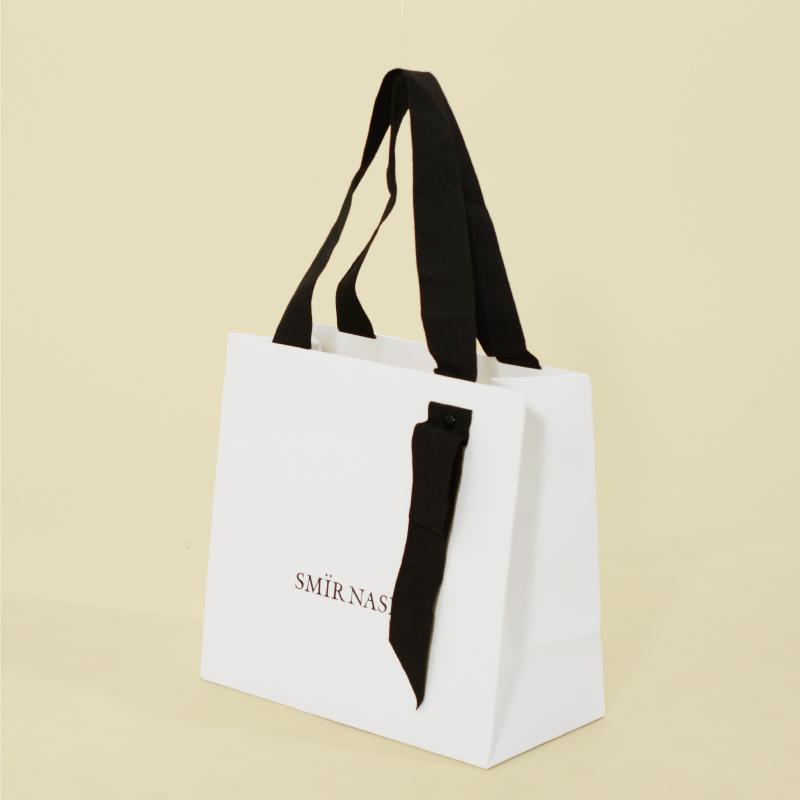 モノクロシンプルな紙袋