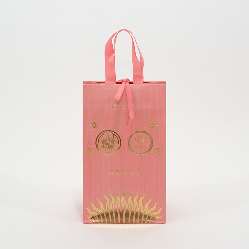 繊細な箔押しとフルピンクで特別な紙袋を読む