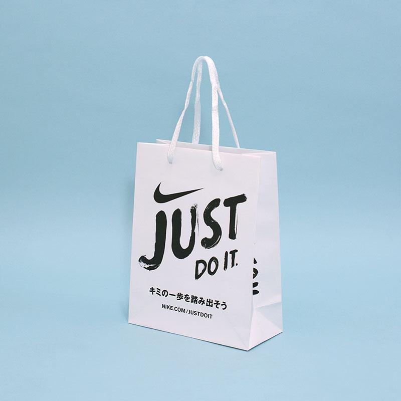 手書きロゴでインパクトのある紙袋