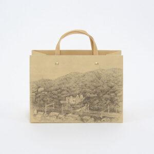 銅版画家・出久根育氏の絵が印刷された紙袋
