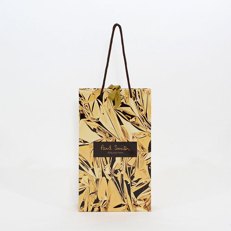 華やかなゴールドパターンの紙袋を読む