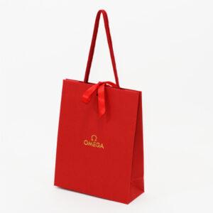 鮮やかなレッドで華やかな紙袋