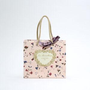 愛らしいピンクデザインの紙袋