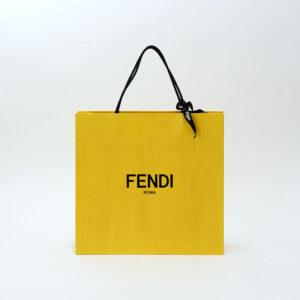 ブランドカラーのイエローが印象的な紙袋