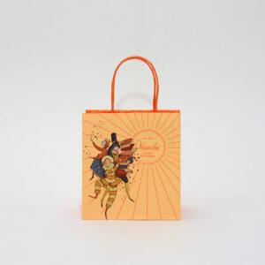 明るい色合いで陽気なデザインの紙袋