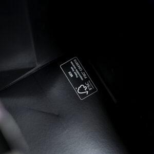 内面カラーはブラックで締まるデザインの紙袋