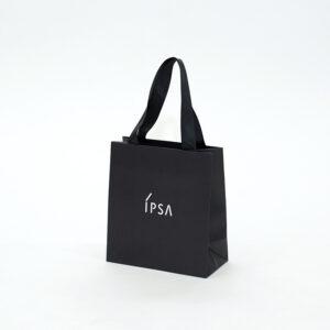 洗練されたオールブラックの紙袋