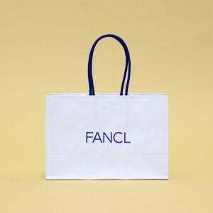 青と白で清潔感のある紙袋