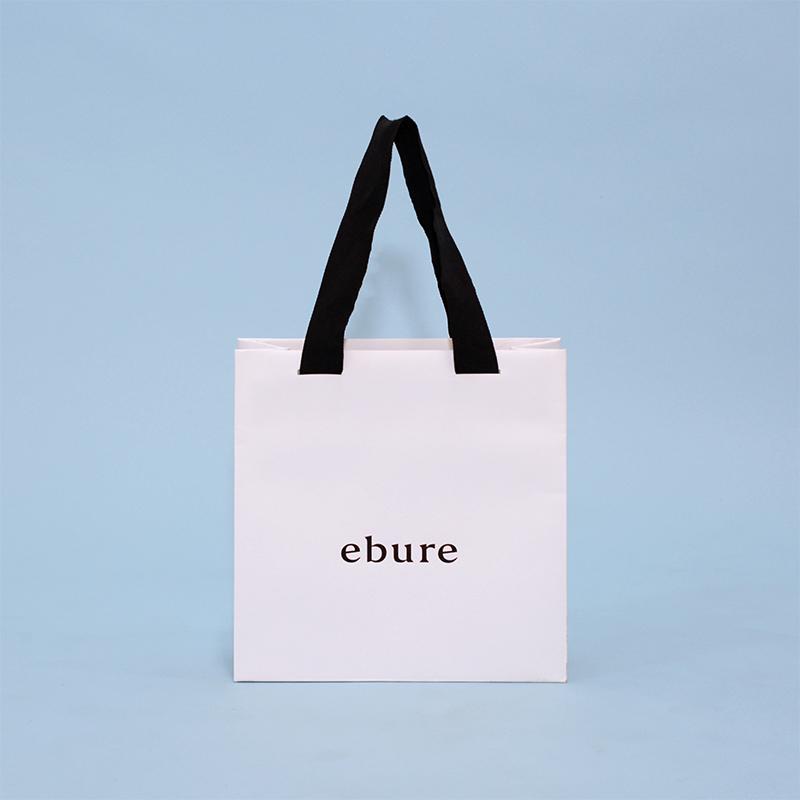 最近人気のスクエア型でシンプルにまとめた紙袋
