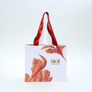 大胆なデザインでインパクトのある紙袋