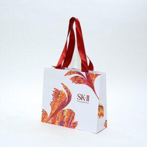 上品な赤いサテンリボンを使った紙袋