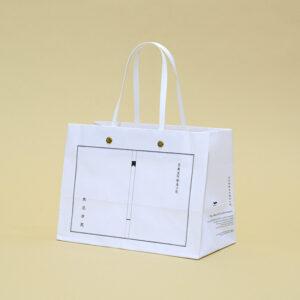 シンプルにまとめた和洋折衷の紙袋