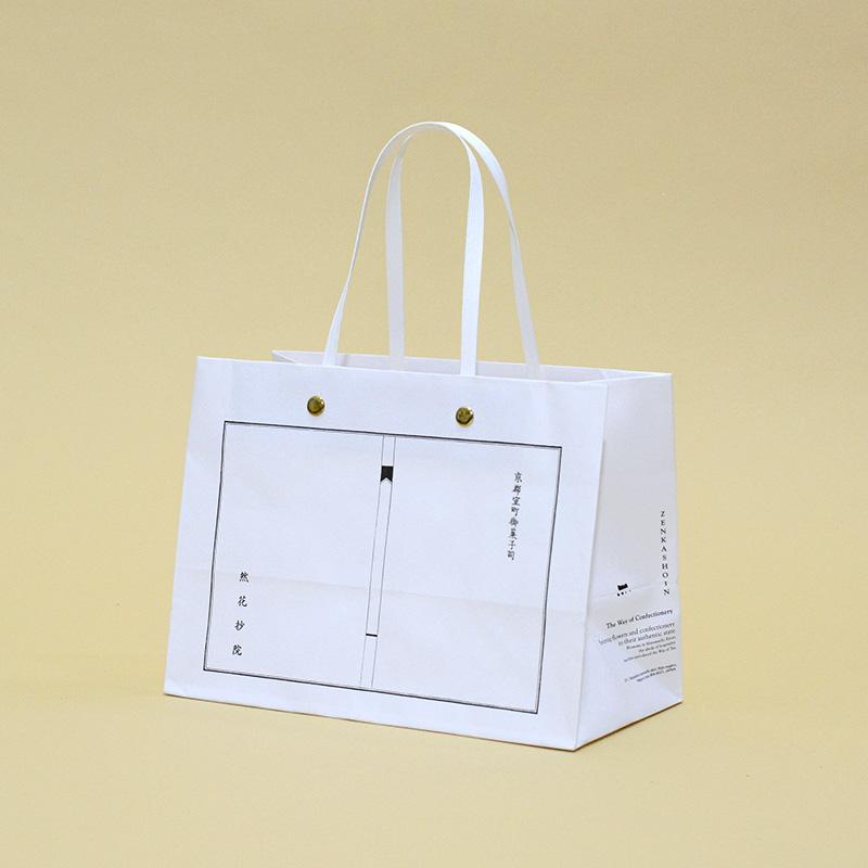 金色の留め具が光る和テイストな紙袋