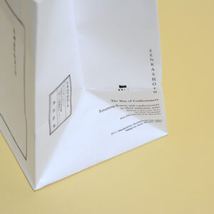 英文と日本文が入った紙袋デザイン