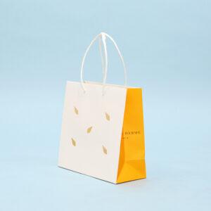 サイドの色の切り替えが可愛い紙袋