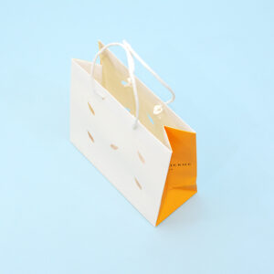 ナチュラルな紙丸紐も上品にまとめた紙袋