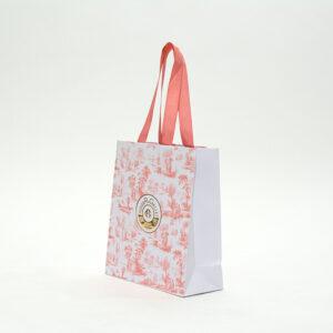 繊細な風景柄の紙袋