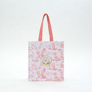 ピンクでまとめられた紙袋