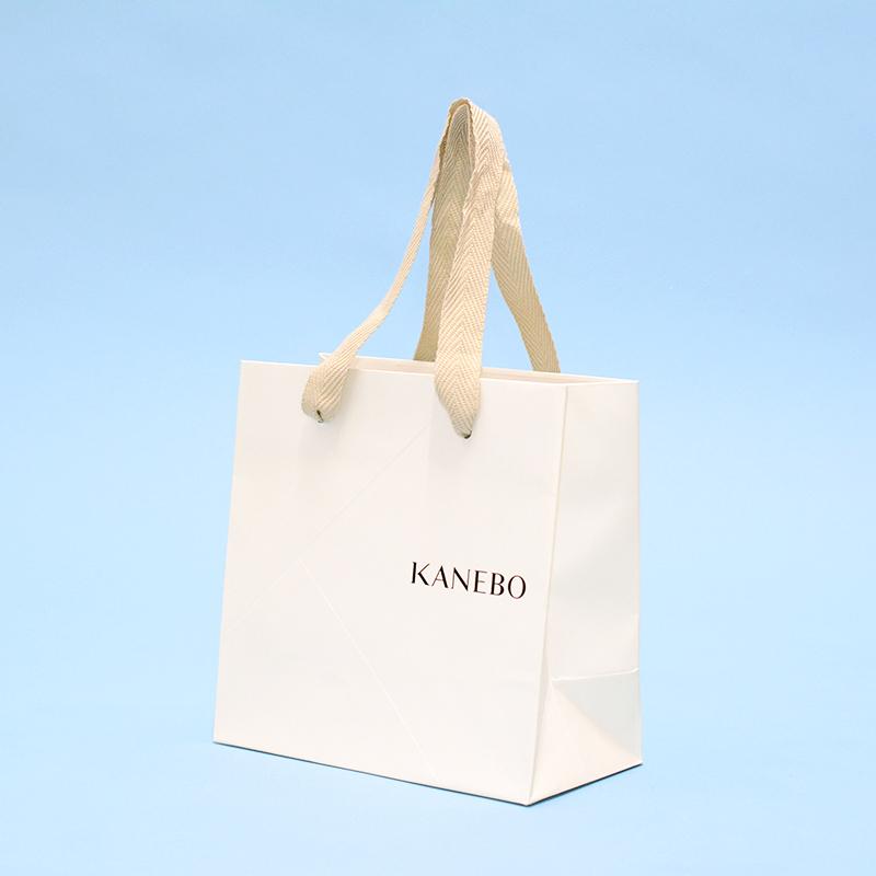 白×ベージュでナチュラルな紙袋