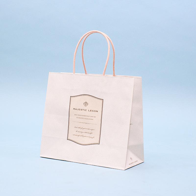 透け感のあるカラーで儚い雰囲気の紙袋
