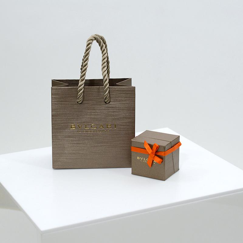 最高級なチョコレート箱と紙袋を読む
