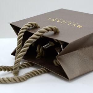 金属の爪つきハンドルを使った紙袋