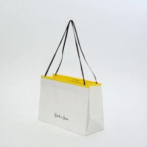 繊細で可愛らしい印象の紙袋