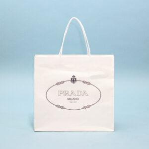 シンプルながら高級感のある白い紙袋