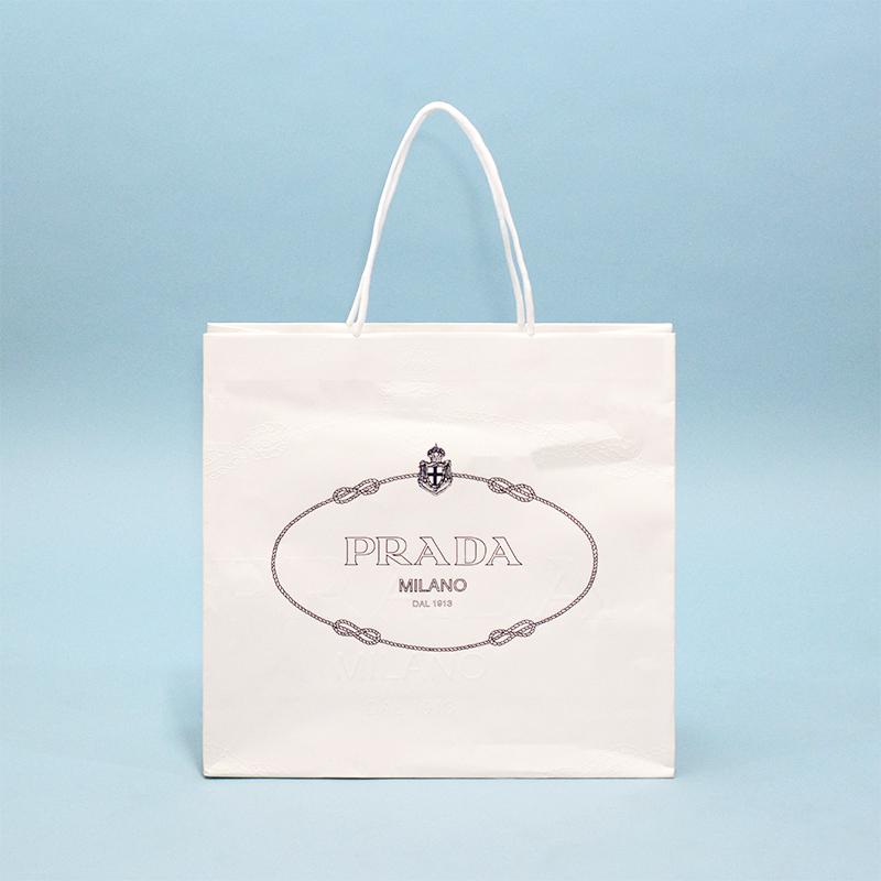 ホワイト×ネイビーと特徴的なエンボスで高貴な紙袋