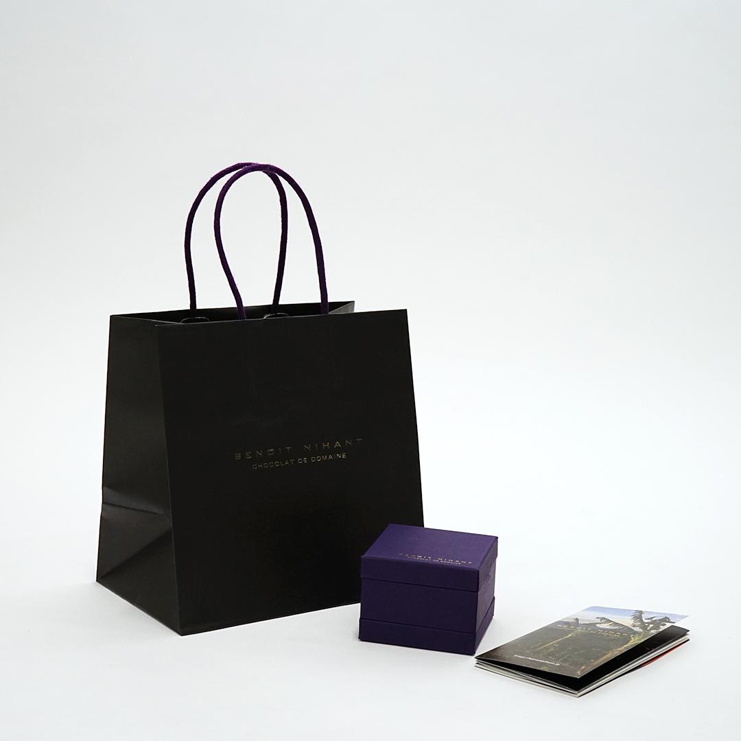 ラグジュアリーな黒×紫で高級感のあるパッケージ