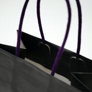 Jカットで留められた紫の紙芯入りスピンドル