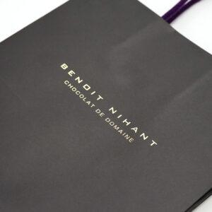 シンプルな箔押しロゴでスタイリッシュな紙袋