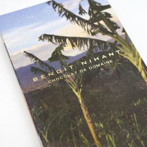 ストーリーを感じさせる風景写真が入ったパンフレット
