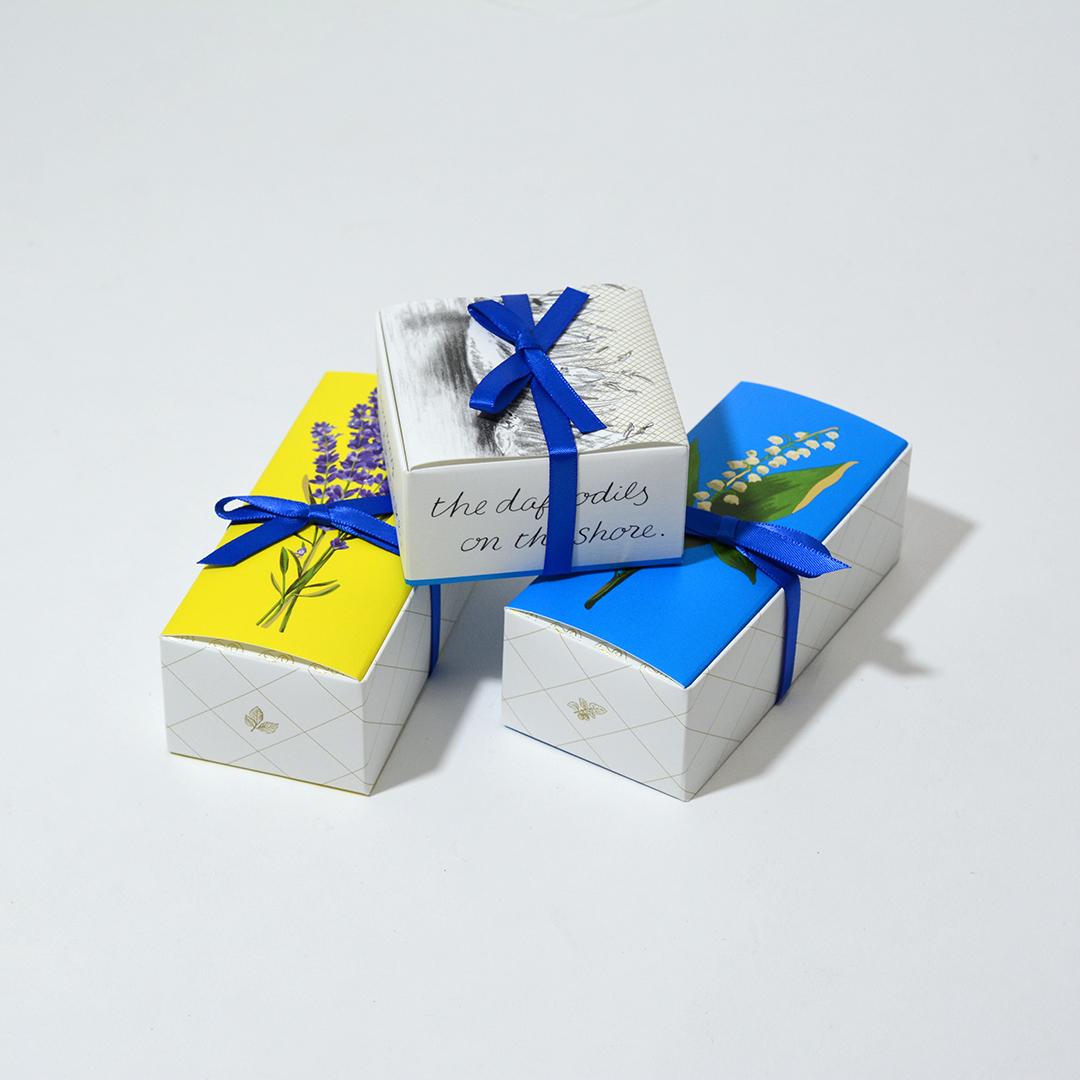 上品なフラワーデザインで素敵なパッケージデザインを読む
