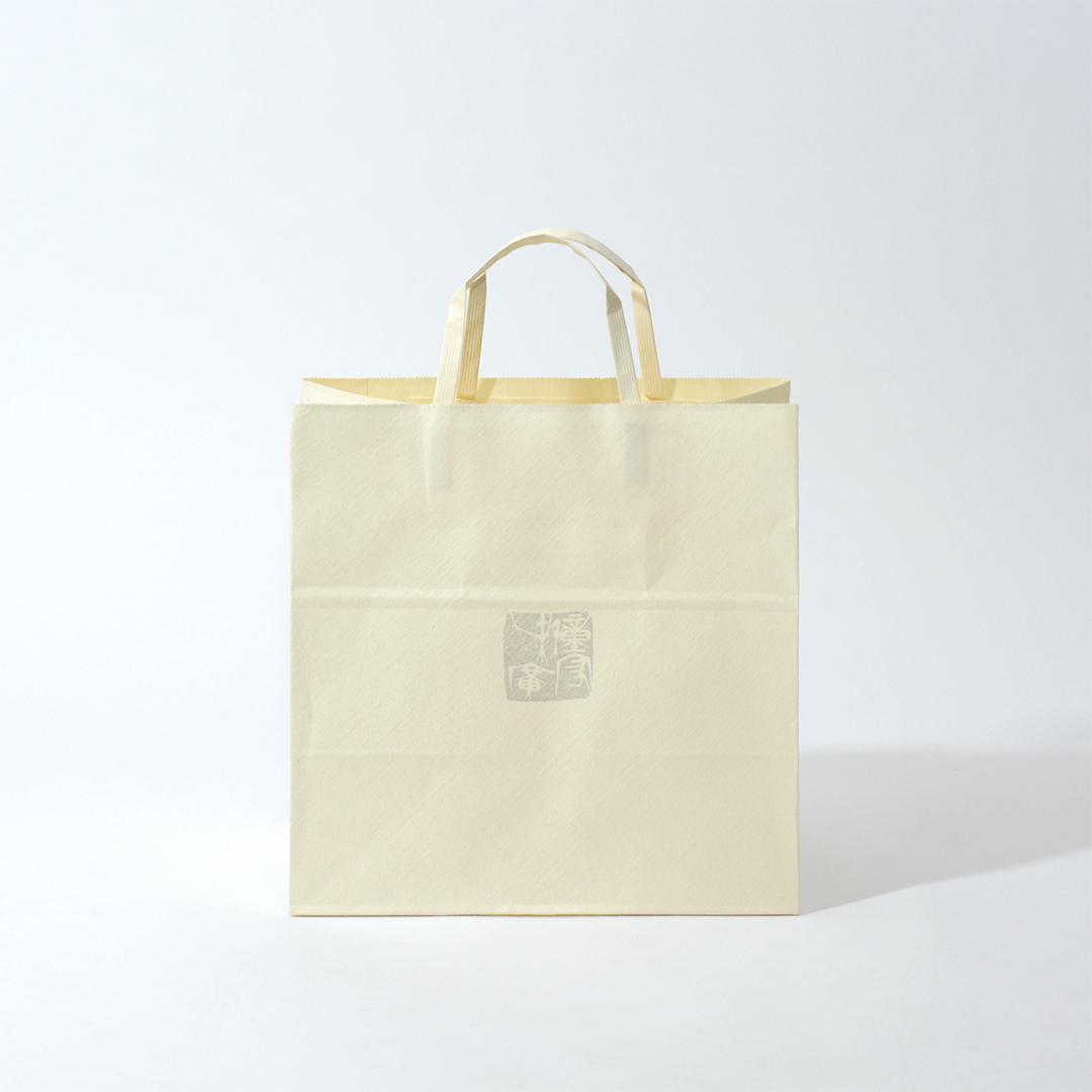 和紙とメタリック印刷があいまった温かみのある紙袋を読む