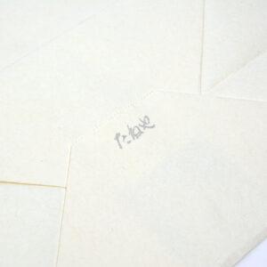 シルバーのメタリック印刷が特徴的なロゴ