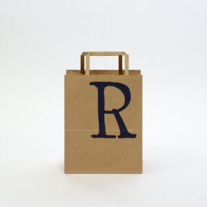 ロゴの英字が印象的な紙袋