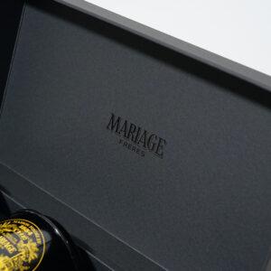 ブラック箔が重厚感のある箱