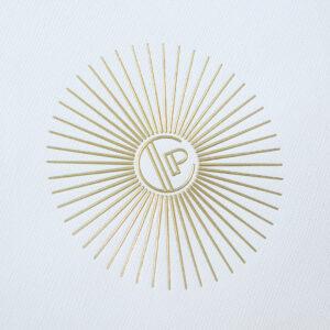 インパクトのあるゴールドロゴマーク