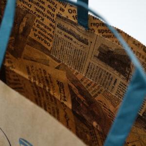 内面に新聞記事を印刷した紙袋